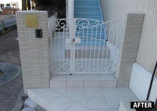 外構と玄関のタイル張替え、階段造作、ポスト取付、表札取付を行いました。